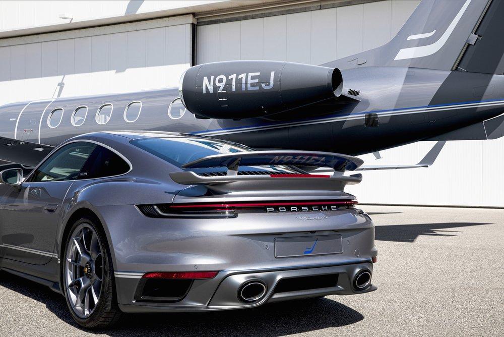 In Designdetails schlägt der 911 Turbo S die Brücke zur Luftfahrt: Auf der Unterseite des Heckflügels steht die individuelle Registrierung des jeweiligen Jets